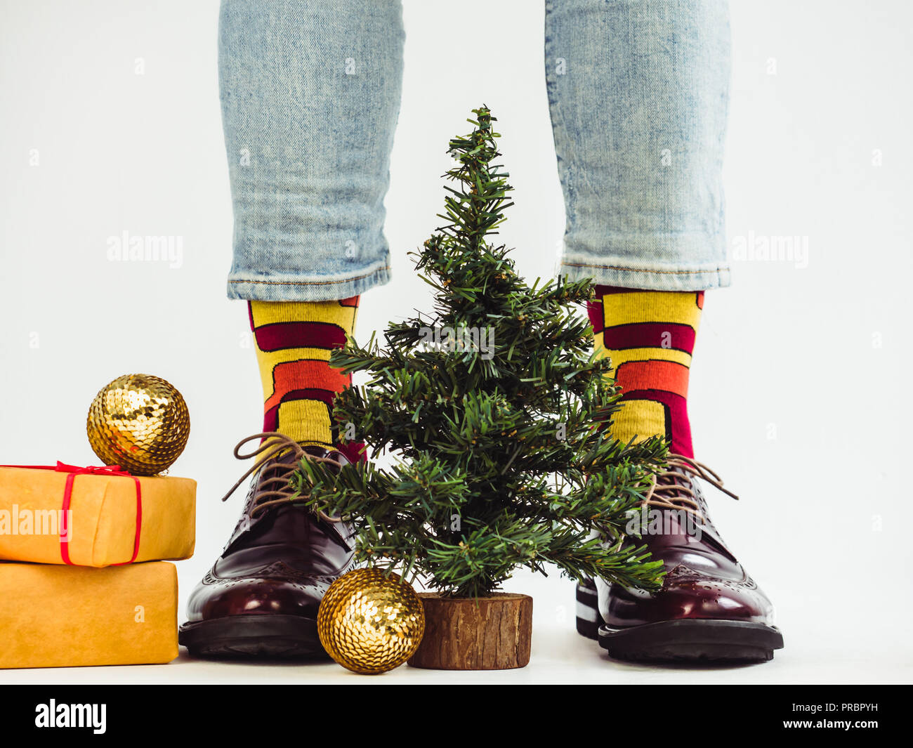 Weihnachtsbaum Fun.Men S Legs Funny Socks And A Christmas Tree Stock Photo 220920997