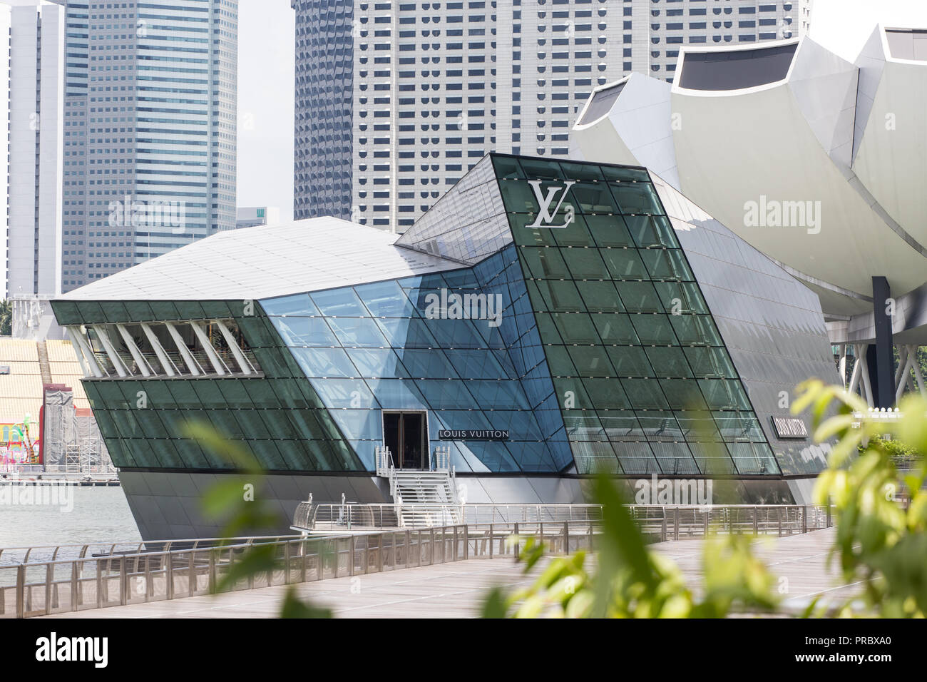 Architect Moshe Safdie and designer Peter Marino have collaborated to create the structure and interiors of the 'louis vuitton' in Singapore. - Stock Image