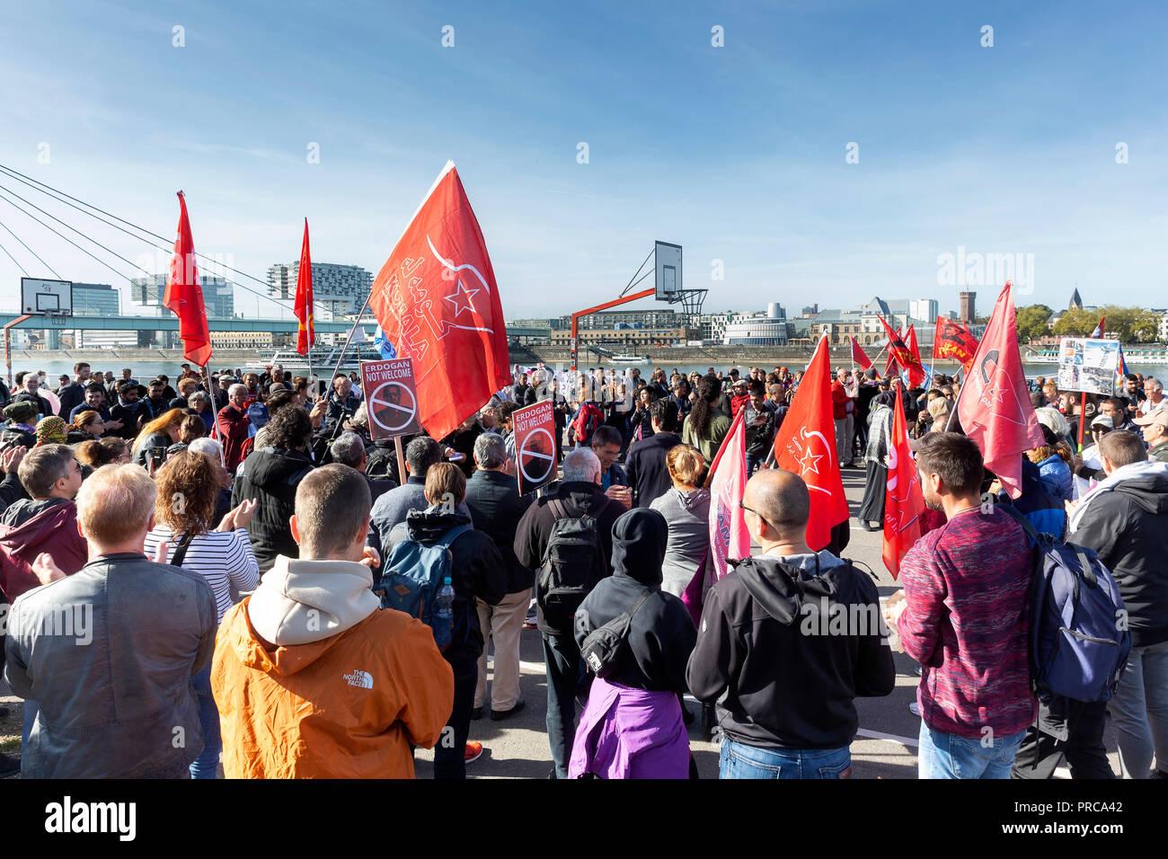 Mehrere tausend Gegner des türkischen Staatspräsidenten Recep Tayyip Erdogan sind am Samstag in Köln auf die Straße gegangen. Viele von ihnen versamme - Stock Image