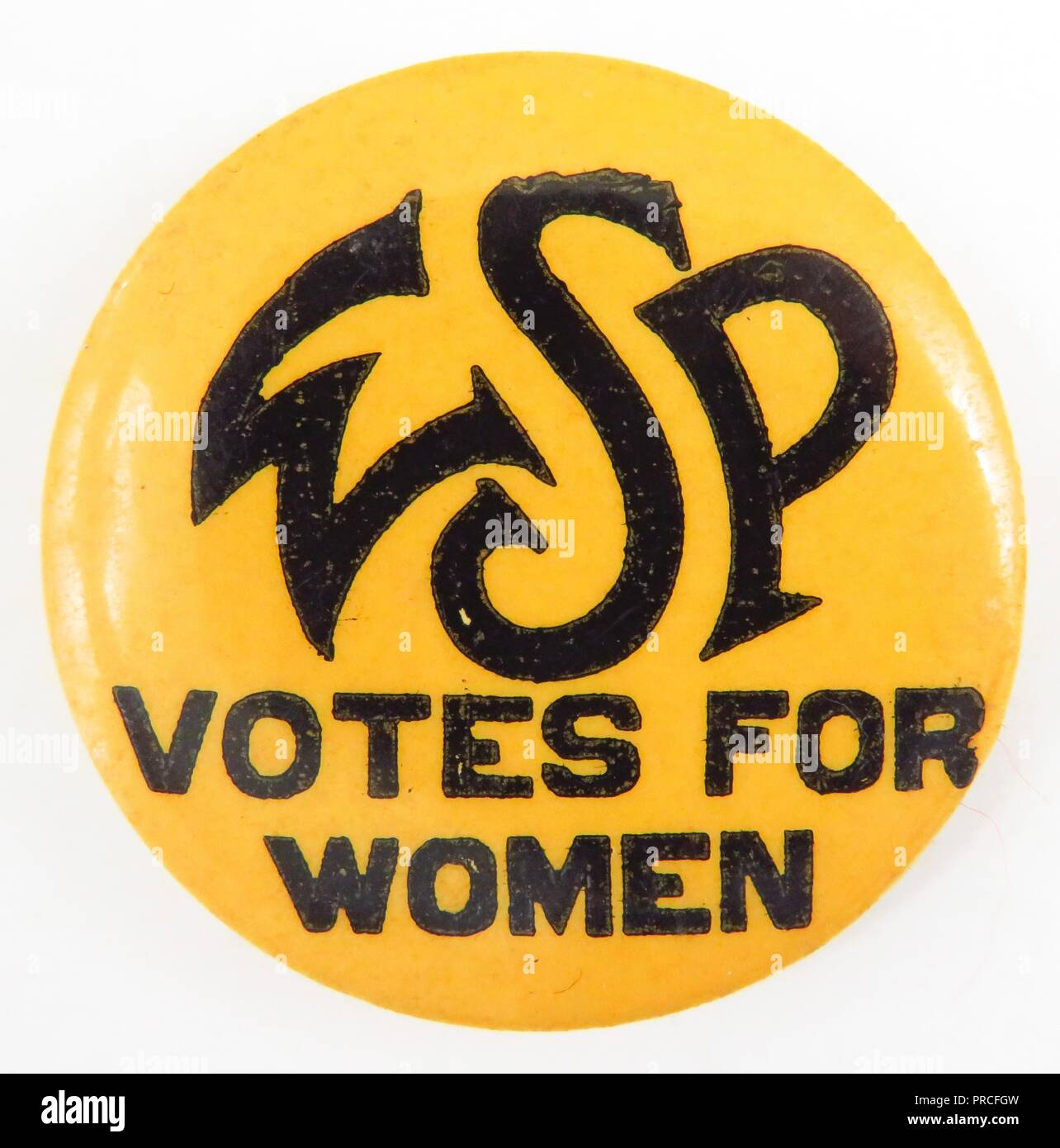 Yellow and black suffrage pin, with the text 'WSP Votes for Women, ' manufactured for the American market by the Woman Suffrage Party, a New York suffrage group headed by Carrie Chapman Catt, 1910. Photography by Emilia van Beugen. () - Stock Image