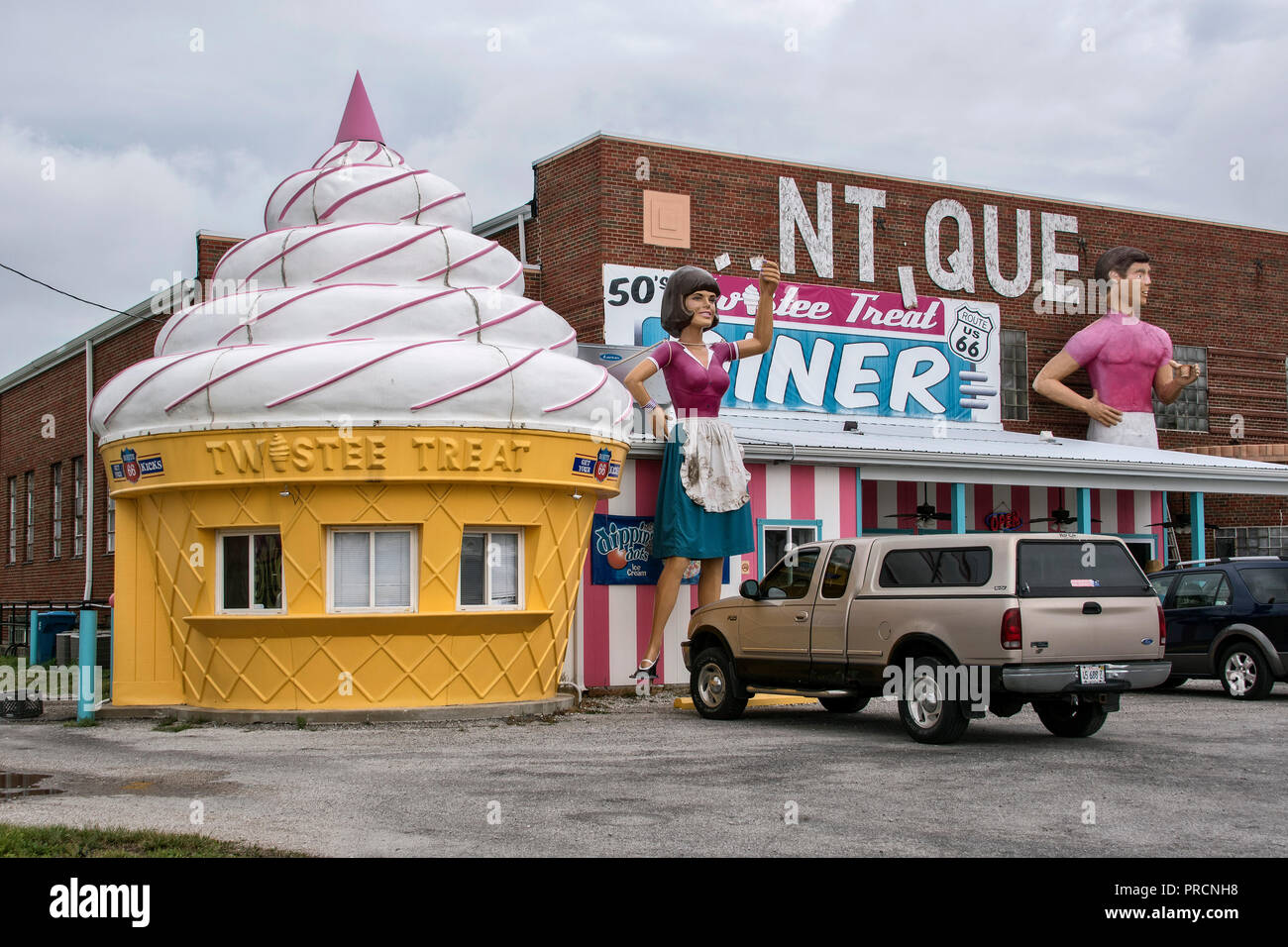 Twistee Treat Diner and Pink Elephant Antique Mall on Route 66, Livingston, Illinois, USA - Stock Image