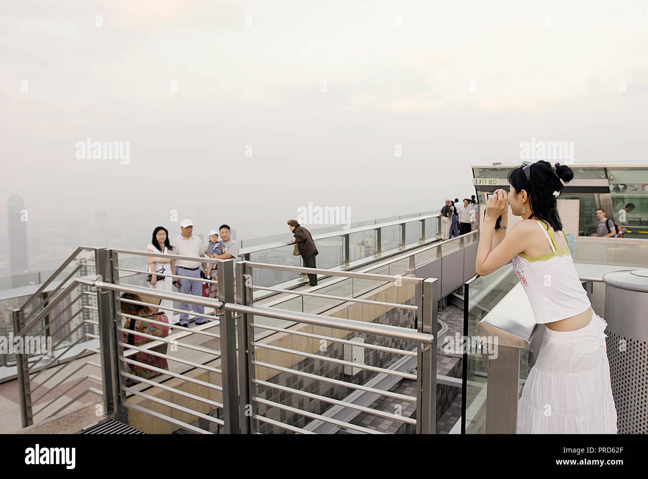 TOURISTS TAKING FAMILY PICTURES  ON ROOF OF VICTORIA PEAK,HONG KONG - Stock Image