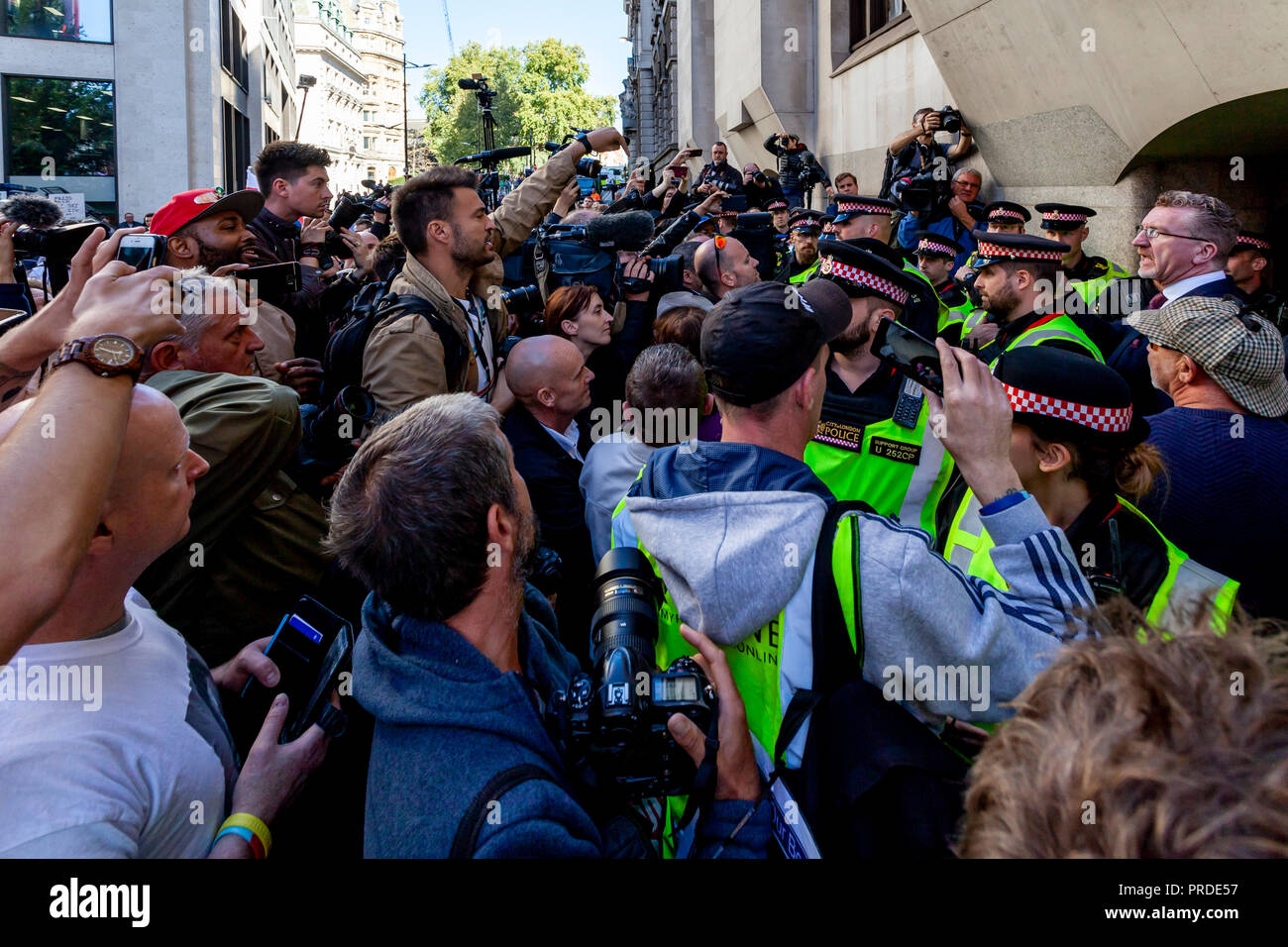 Kevin Carroll Briefs Supporters Of The Right Wing Activist Tommy Robinson and The Media Outside The Central Criminal Court 'The Old Bailey' London, UK - Stock Image