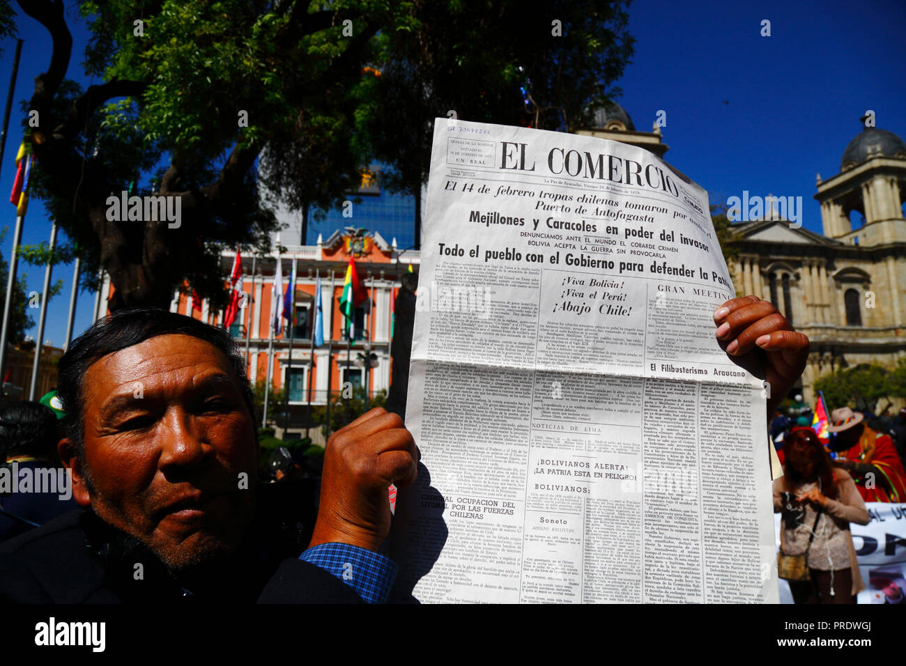 La Paz, Bolivia, 1st October 2018. A man holds a copy of the El Comercio newspaper dated 28 February 1879 during the ruling for the case 'Obligation to Negotiate Access to the Pacific Ocean (Bolivia v. Chile)' at the International Court of Justice in The Hague. Bolivia presented the case to the ICJ in 2013; Bolivia lost its coastal Litoral province to Chile during the War of the Pacific in the 19th century and previous negotiations have made no progress from Bolivia's viewpoint. Credit: James Brunker/Alamy Live News - Stock Image