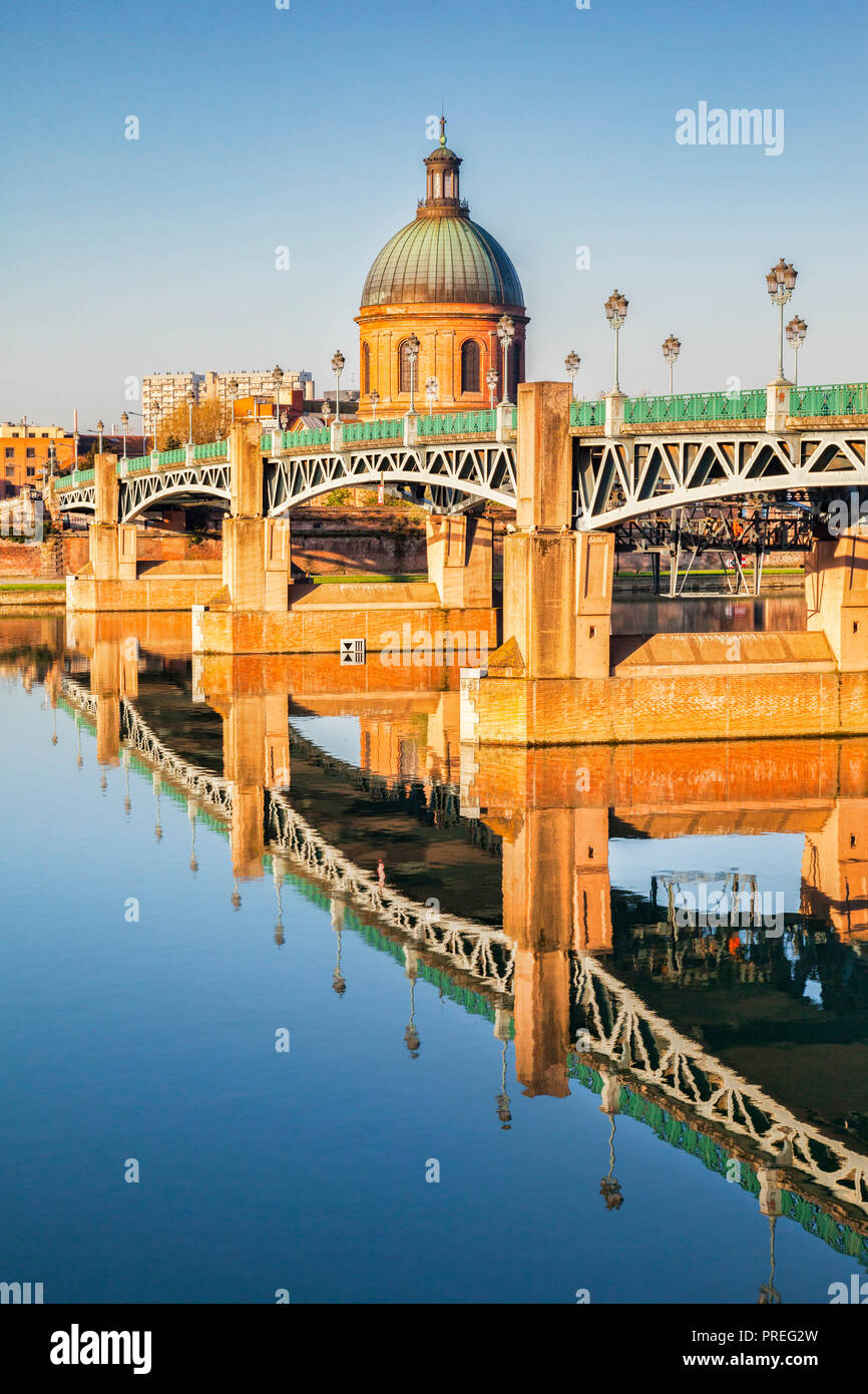 The Saint Pierre Bridge and the dome of the La Grace Hospital reflecting in the Garonne, Toulouse, Haute Garonne, Midi Pryenees. - Stock Image