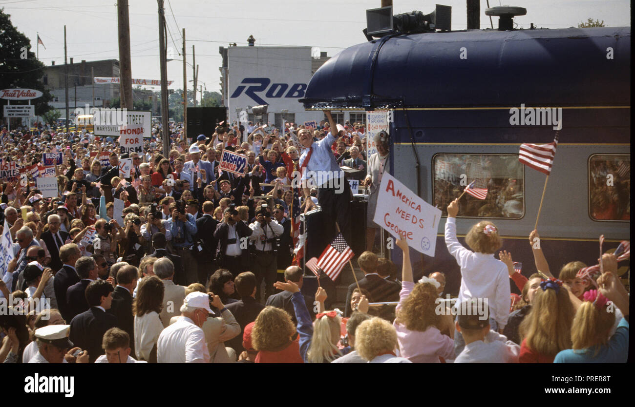 President George W. Bush campaigns on a train trip  in October 1992  Photograph by Dennis Brack bb24 - Stock Image