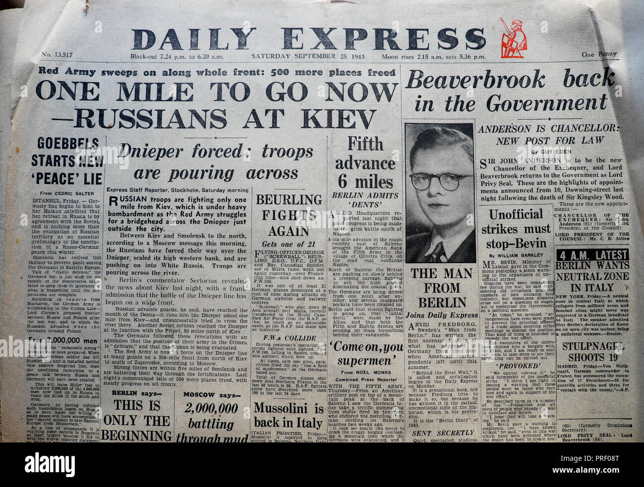 'One Mile to Go Now - Russians at Kiev' front page headlines Second World War WWII of the Daily Express newspaper London England UK September 25 1943 - Stock Image