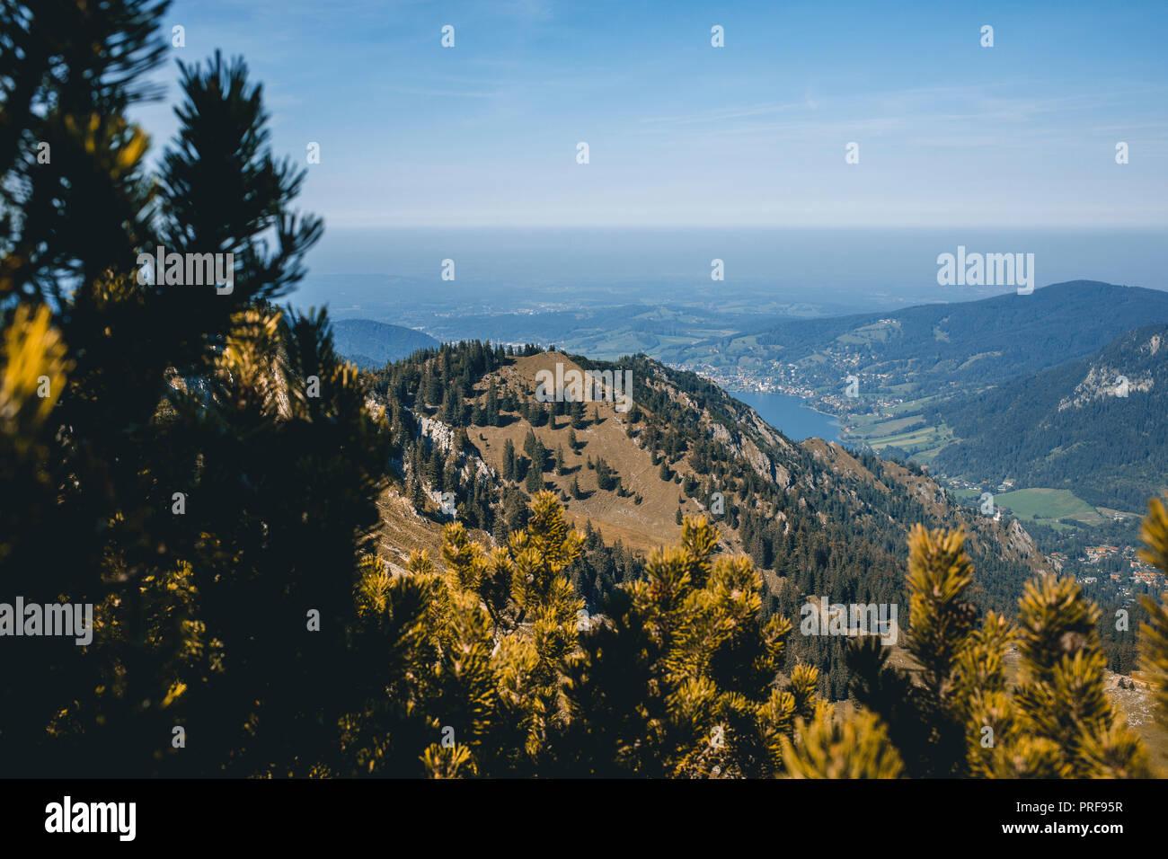 Blick ins Tal, auf den Horizont, Wandern mit Ausblick auf den Spitzingsee, Bayern, Deutschland, Voralpenland - Stock Image