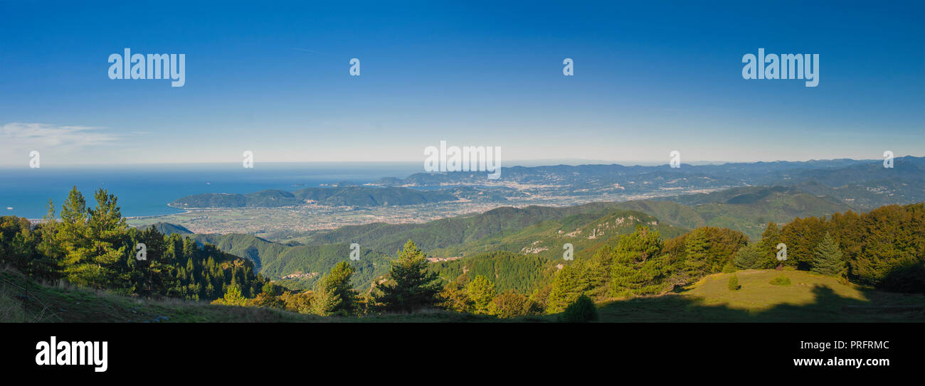 Panorama of the Gulf of La Spezia and Val di Magra, photographed by the Tuscan Alps in Campocecina - Stock Image