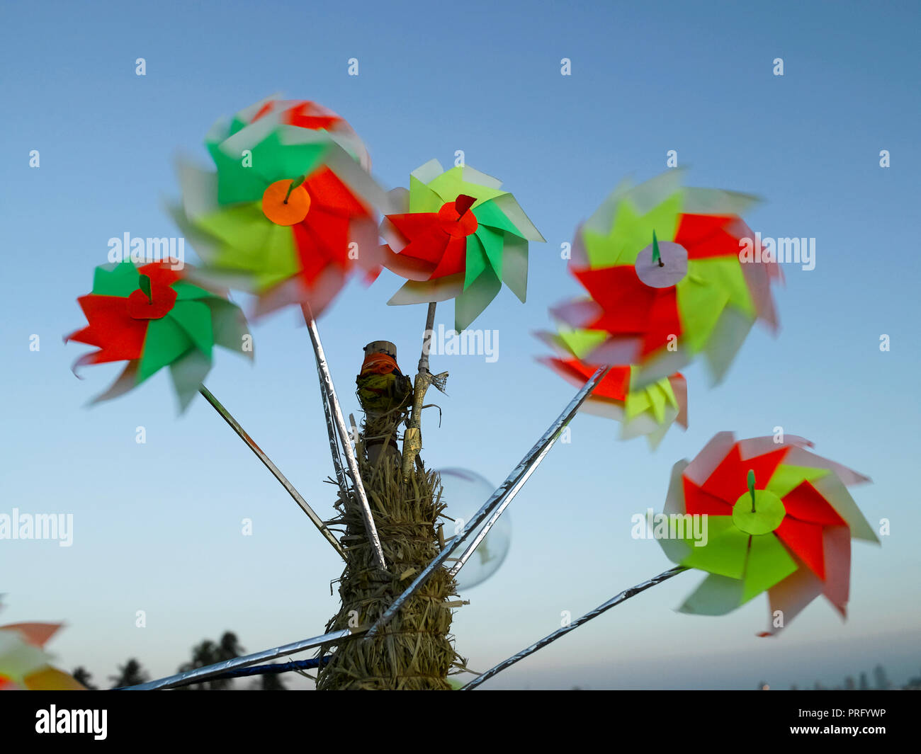 PIN WHEELS WHIRLING IN THE WIND AT CHOWPATTY, MUMBAI, INDIA, ASIA - Stock Image