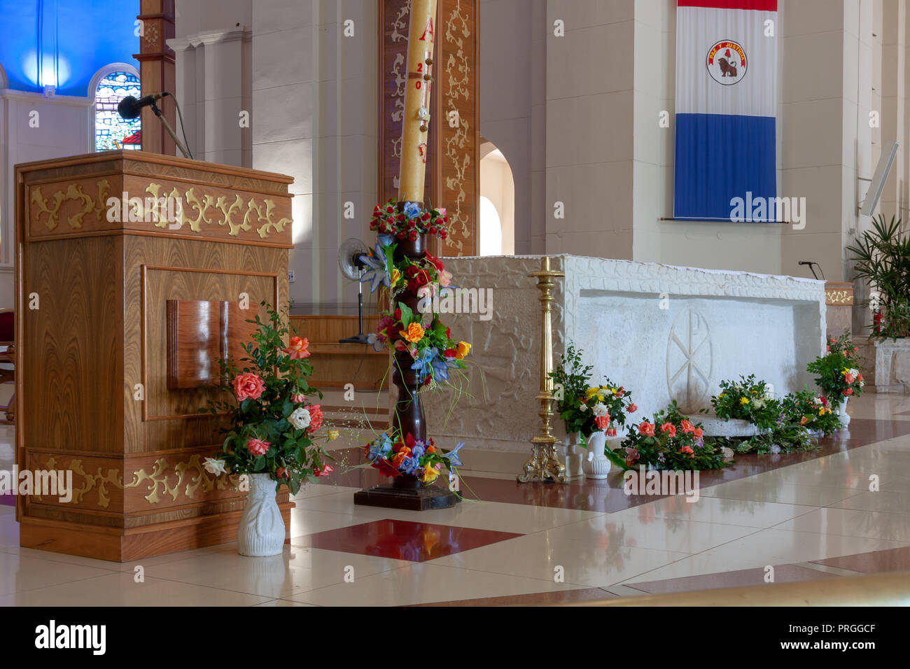 Lectern and altar, Catedral Basilica Nuestra Senora de los Milagros (Cathedral Basilica of Our Lady of Miracles), catholic church in Caacupe, Paraguay - Stock Image