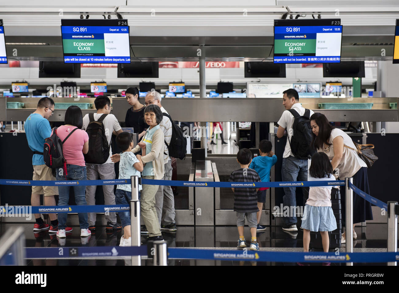 Chek Lap Kok island, Hong Kong. 28th Sep, 2018. Flight passengers of Singapore Airline are seen lining up at a check-in desk. Credit: Miguel Candela/SOPA Images/ZUMA Wire/Alamy Live News - Stock Image