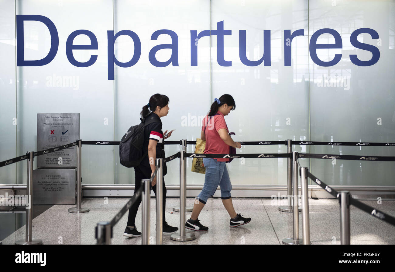 Chek Lap Kok island, Hong Kong. 28th Sep, 2018. Passengers are seen walking through the security line in Hong Kong airport terminal. Credit: Miguel Candela/SOPA Images/ZUMA Wire/Alamy Live News - Stock Image