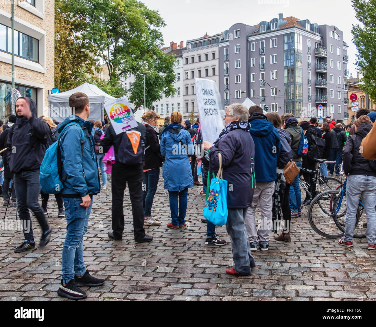 """Berlin, Mitte, Germany 3 October 2018. People protest against a right-wing extremist demonstration. Local residents gathered at Pappelplatz to oppose the planned demonstrations of WFD Right Wing group on the German Day of Unity. The counter-protest event was planned by the resident's initiative for Civil courage opposing the right wing activists (Anwohnerinitiative für Zivilcourage – Gegen Rechts). The right-wing extremist organization """"Wir für Deutschland (WFD)"""" plans to march from Hauptbahnhof through the centre of Berlin using the slogan 'Day of the Nation' Credit: Eden Breitz/Alamy Live Ne - Stock Image"""