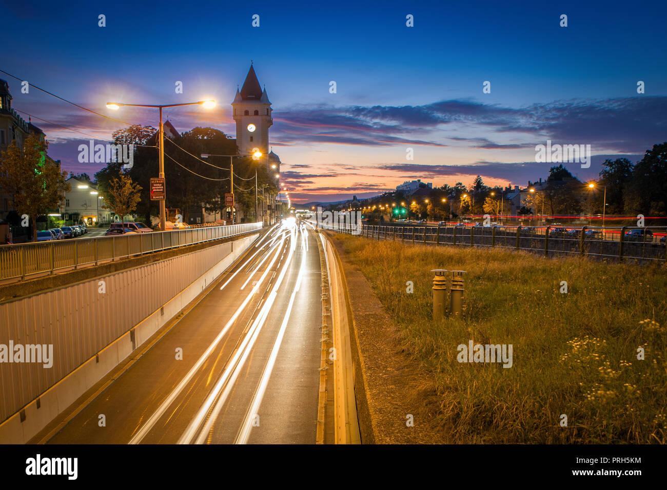 Sonnenuntergang Kennedybrücke Wien Hietzing im Spätsommer - Stock Image