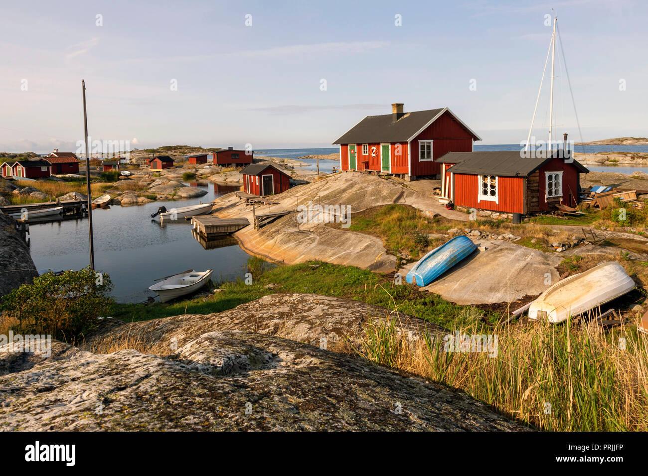 Red wooden houses on the rocky coast, Stockholm archipelago, Huvudskär archipelago island, Sweden Stock Photo