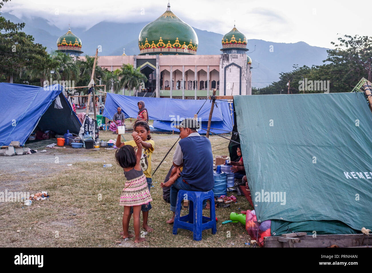 Palu, Indonesia. 4th Oct 2018. Refugees seen set up tents in the Lere Refugee settlement. A deadly earthquake measuring 7.7 magnitude and the tsunami wave caused by it has destroyed the city of Palu and much of the area in Central Sulawesi. According to the officials, death toll from devastating quake and tsunami rises to 1,347, around 800 people in hospitals are seriously injured and some 62,000 people have been displaced in 24 camps around the region. Credit: SOPA Images Limited/Alamy Live News - Stock Image