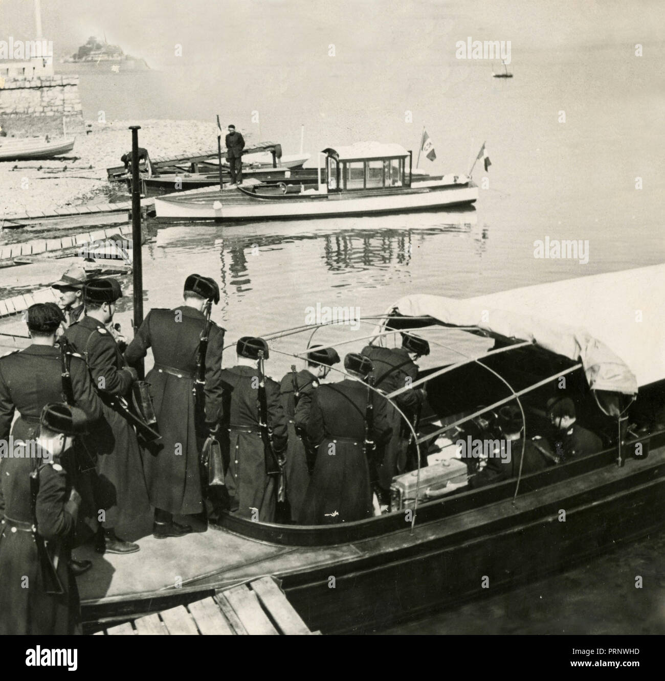 Russian soldiers boarding a boat, 1930s - Stock Image
