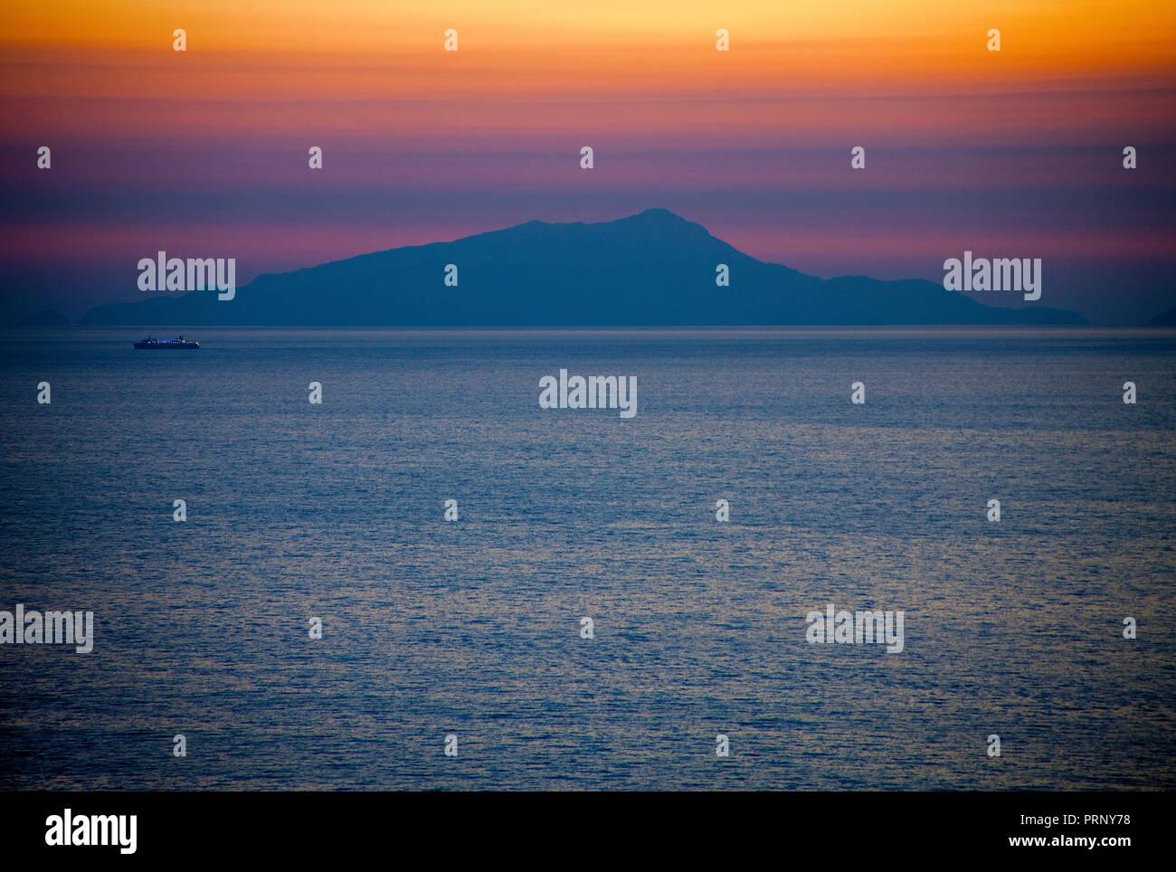 Sonnenuntergang bei der Insel Capri, Golf von Neapel, Kampanien, Italien | Capri island at sunset, Gulf of Naples, Campania, Italy - Stock Image