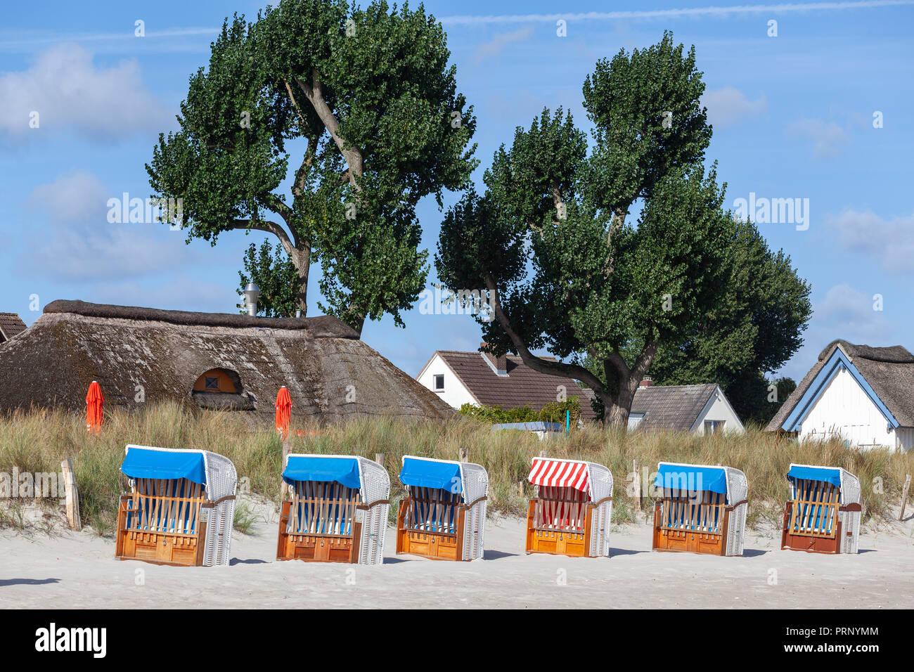 Strandkörbe und Ferienhäuser in Haffkrug, Deutschland - Stock Image