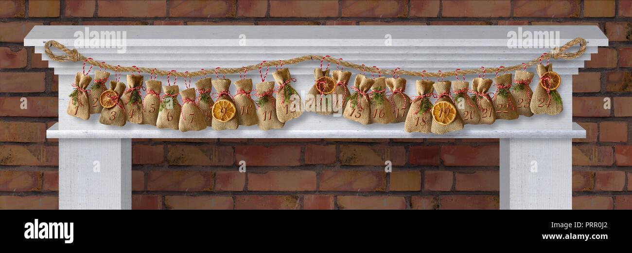 Adventskalender Socken an Weihnachten vor dem Kamin - Stock Image