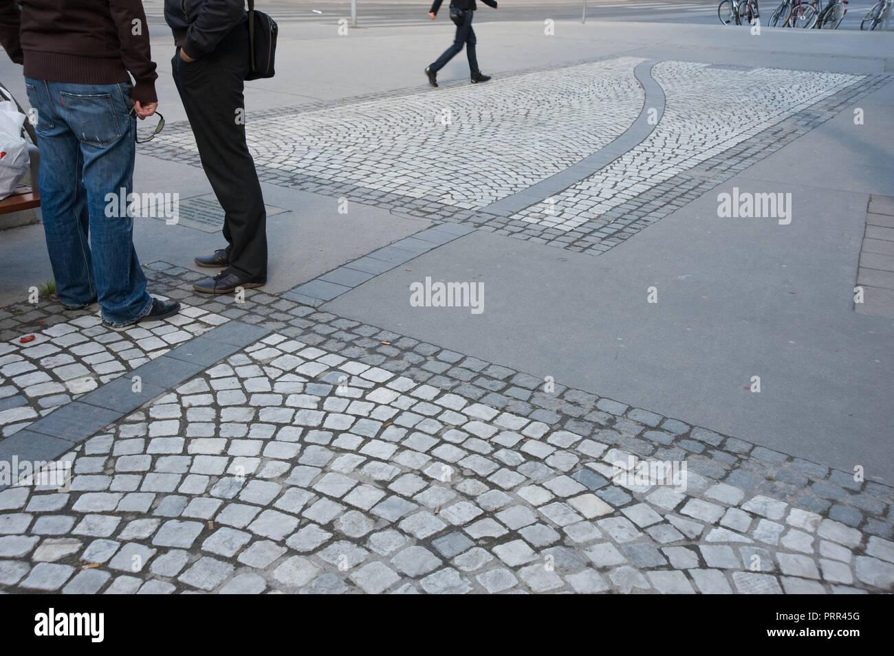 Wien, Siebensternplatz, Bodengestaltung als Erinnerung an alte Wasserbecken - Stock Image