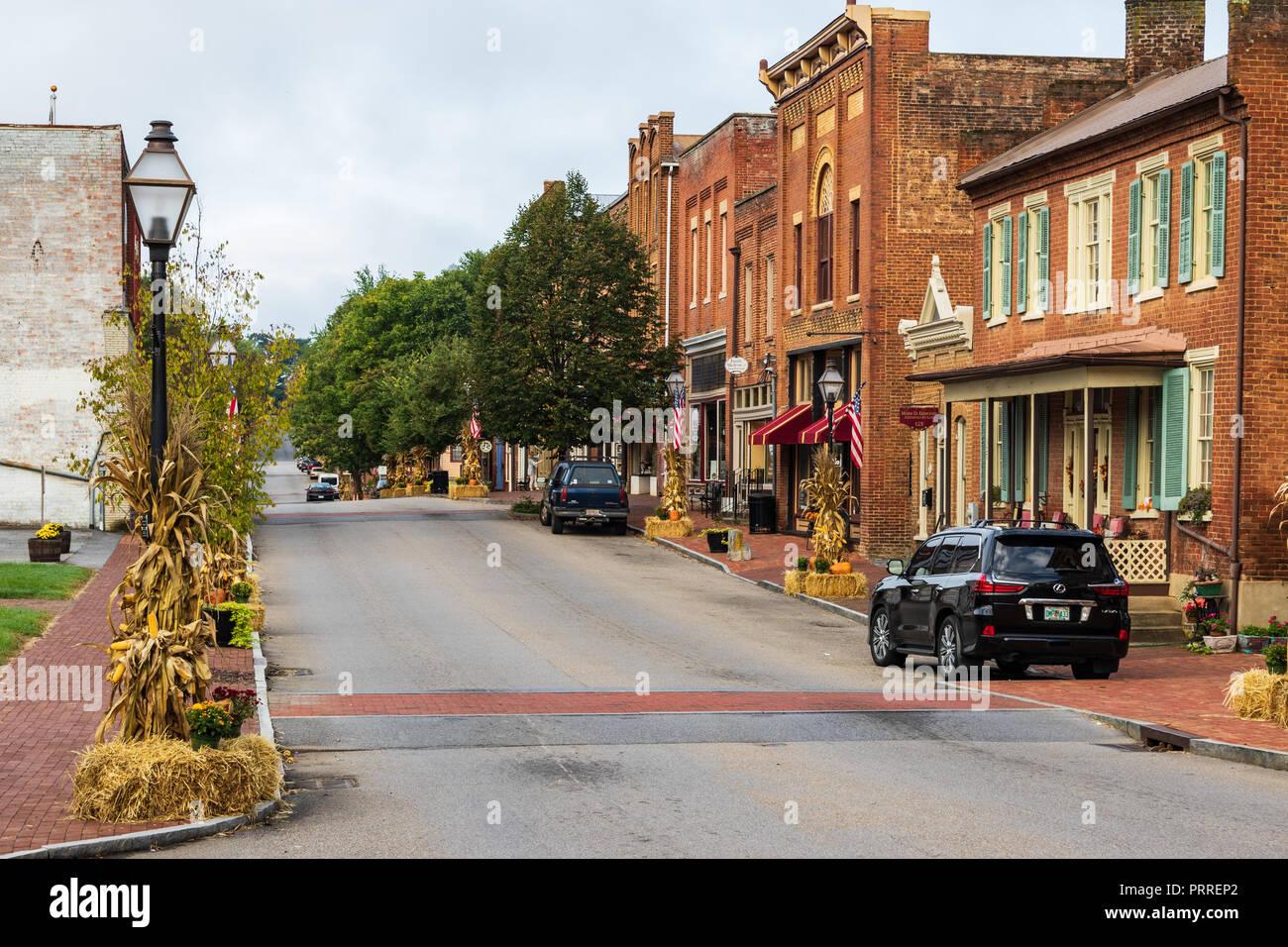 JONESBOROUGH, TN, USA-9/29/18:  Colorful Thanksgiving displays with cornstalks, chrysanthemums, pumpkins, and hay bales line main street. Stock Photo