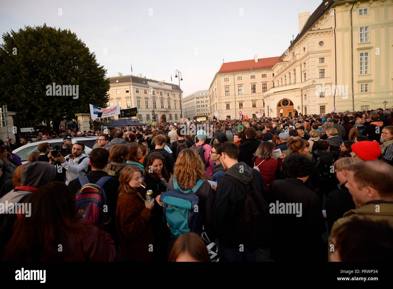 Vienna, Austria. 04. October 2018. The Thursday demonstrations against the current Federal Government are reactivated. Nobel Prize laureate Elfriede Jelinek has already called for the rally on Ballhausplatz in front of the Federal Chancellery. Announced are Stefanie Sargnagel, Sofa Surfers, Gustav, Clara Luzia and actress Erni Mangold. The protests will then be continued every week at various locations in Vienna. Credit: Franz Perc / Alamy Live News Stock Photo