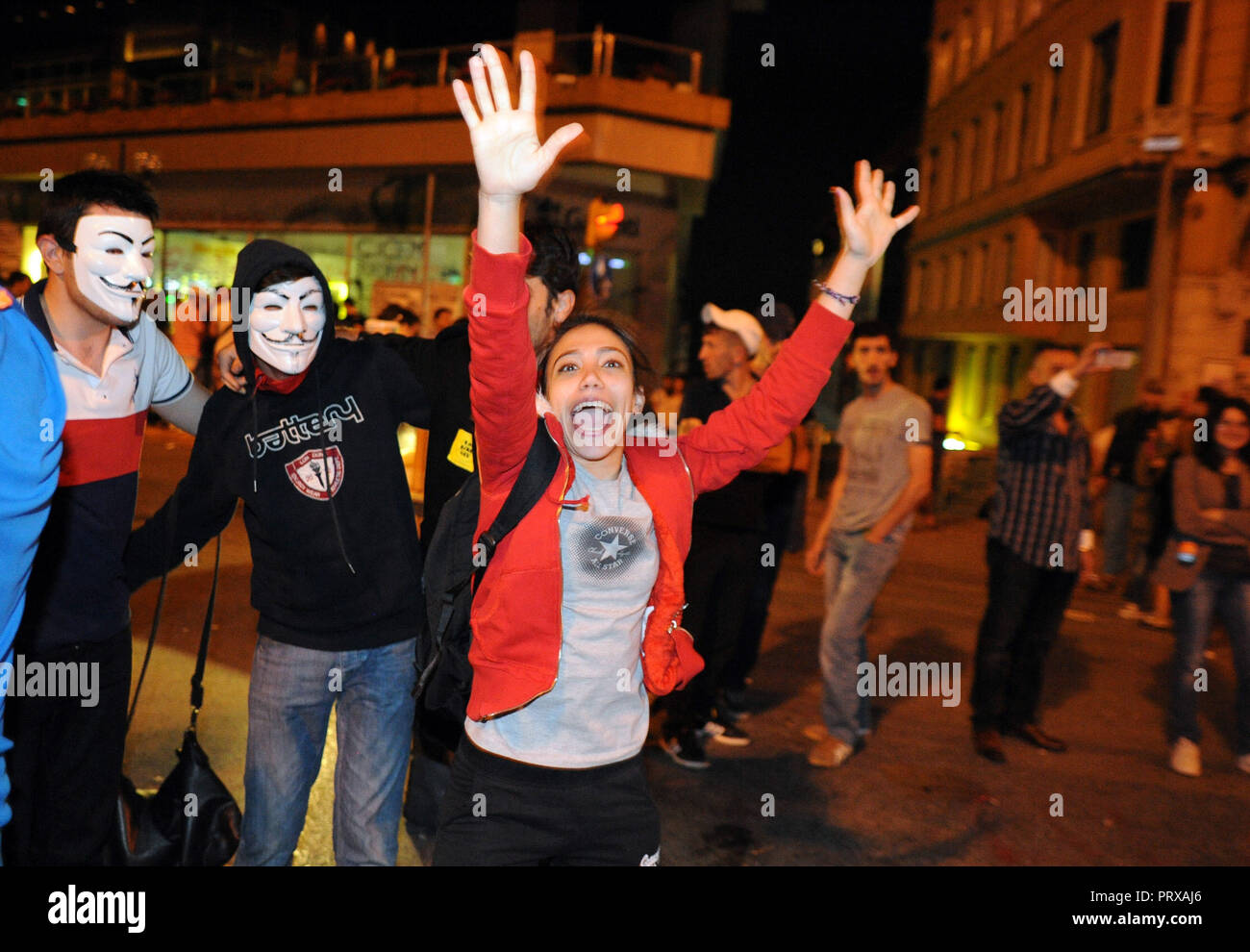 June 7, 2013 - Istanbul, Turkey: Several Turkish demonstrators drink beers and celebrate loudly in public space as a way to protest against a new law prohibiting the take-away sale of alcoholic beverages between 10 pm and 6 am. Scene de celebrations dans la rue principale de Taksim, Istiklal, durant l'occupation du parc Gezi *** FRANCE OUT / NO SALES TO FRENCH MEDIA *** - Stock Image