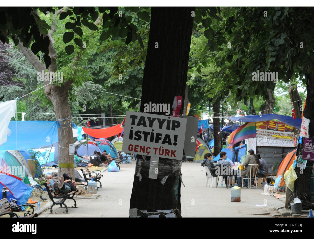 June 14, 2013 - Istanbul, Turkey: Anti-government protesters  in Gezi Park in the early morning after their representatives held talks with Turkish Prime minister Tayyip Recep Erdogan. Atmosphere dans le parc Gezi, quartier general des manifestants opposes a la politique du Premier ministre turc Recep Tayyip Erdogan. *** FRANCE OUT / NO SALES TO FRENCH MEDIA *** - Stock Image