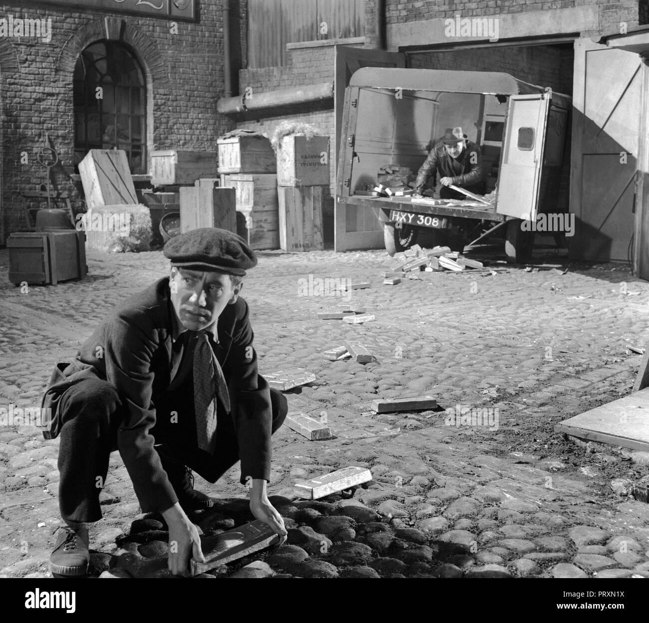 Prod DB © Rank Organisation / DR DE L'OR EN BARRES THE LAVENDER HILL MOB de Charles Crichton 1951 GB Alfie Bass. lingot d'or; gold bar code Rank 738 - Stock Image