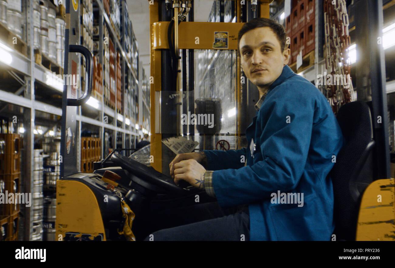 Prod DB © Sommerhaus Filmproduktionen / DR UNE VALSE DANS LES ALLEES IN DEN GANGEN de Thomas Stuber 2018 ALL. Franz Rogowski. ouvrier; worker; chariot - Stock Image