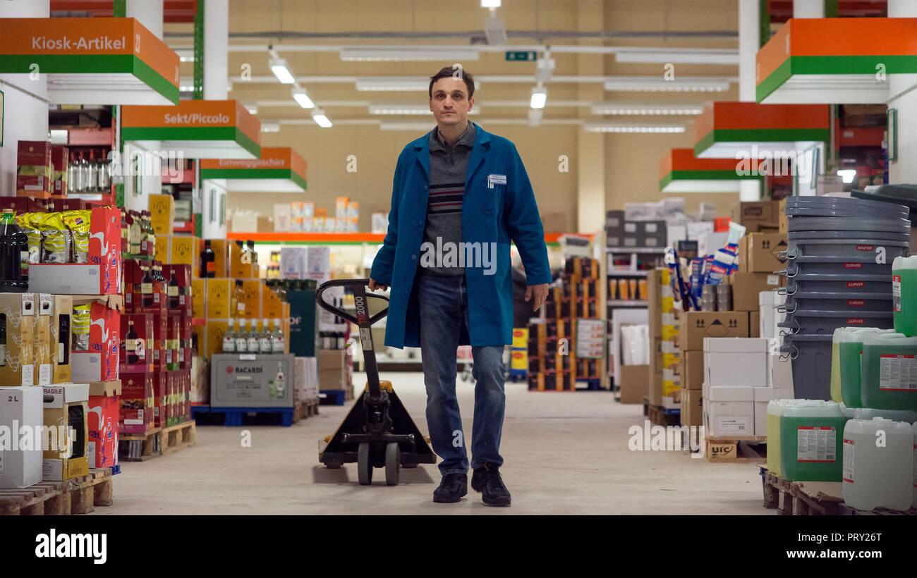 Prod DB © Sommerhaus Filmproduktionen / DR UNE VALSE DANS LES ALLEES IN DEN GANGEN de Thomas Stuber 2018 ALL. Franz Rogowski. ouvrier; worker; transpa - Stock Image