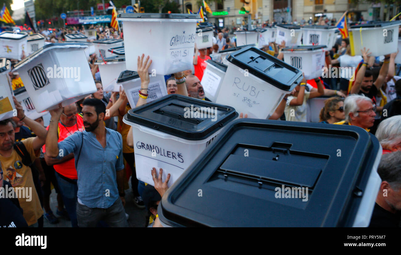 People raise their hands and shout slogans while carrying the voting ballots used the last year banned independendence referendum in Catalonia - Stock Image