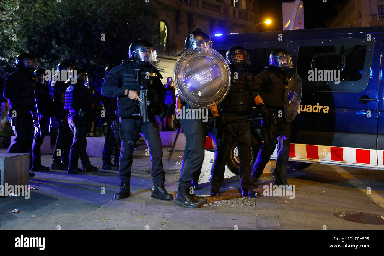Catalan Mosos police clashes against the demonstrators during the first anniversary of the Spanish banned independence referendum in Catalonia. - Stock Image