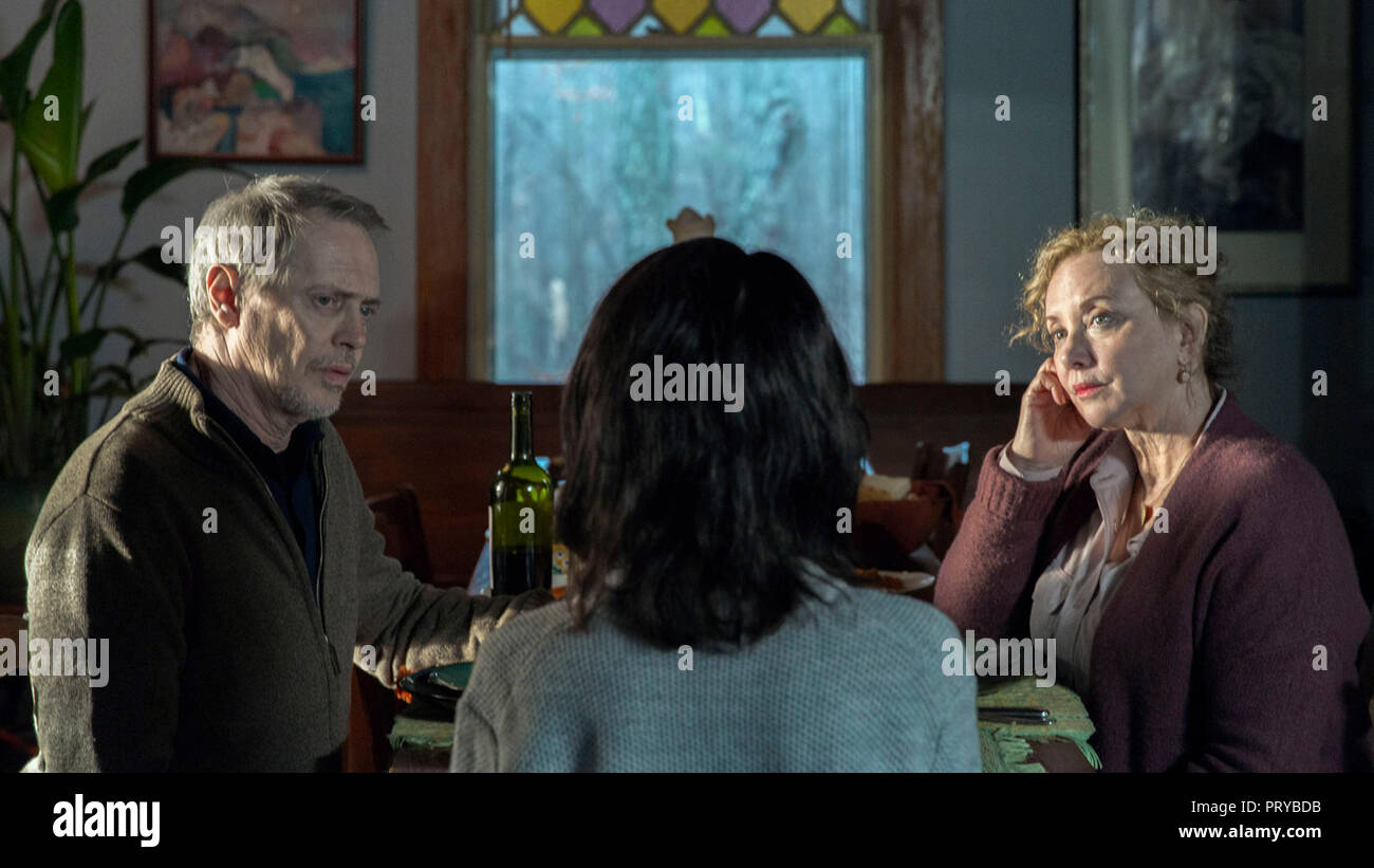 Prod DB © EON Productions - Mental Pictures / DR NANCY de Christina Choe 2018 USA avec Steve Buscemi, Andrea Riseborough (de dos) et J. Smith-Cameron - Stock Image