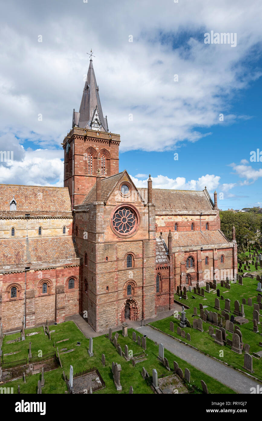 Romanesque-Norman cathedral St. Magnus with cemetery, 12th century, Kirkwall, Mainland, Orkney Islands, Scotland, Great Britain - Stock Image