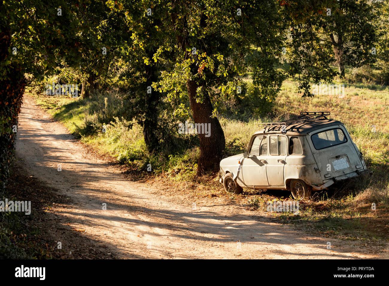 Italy, Tuscany, obsolete car at the wayside - Stock Image