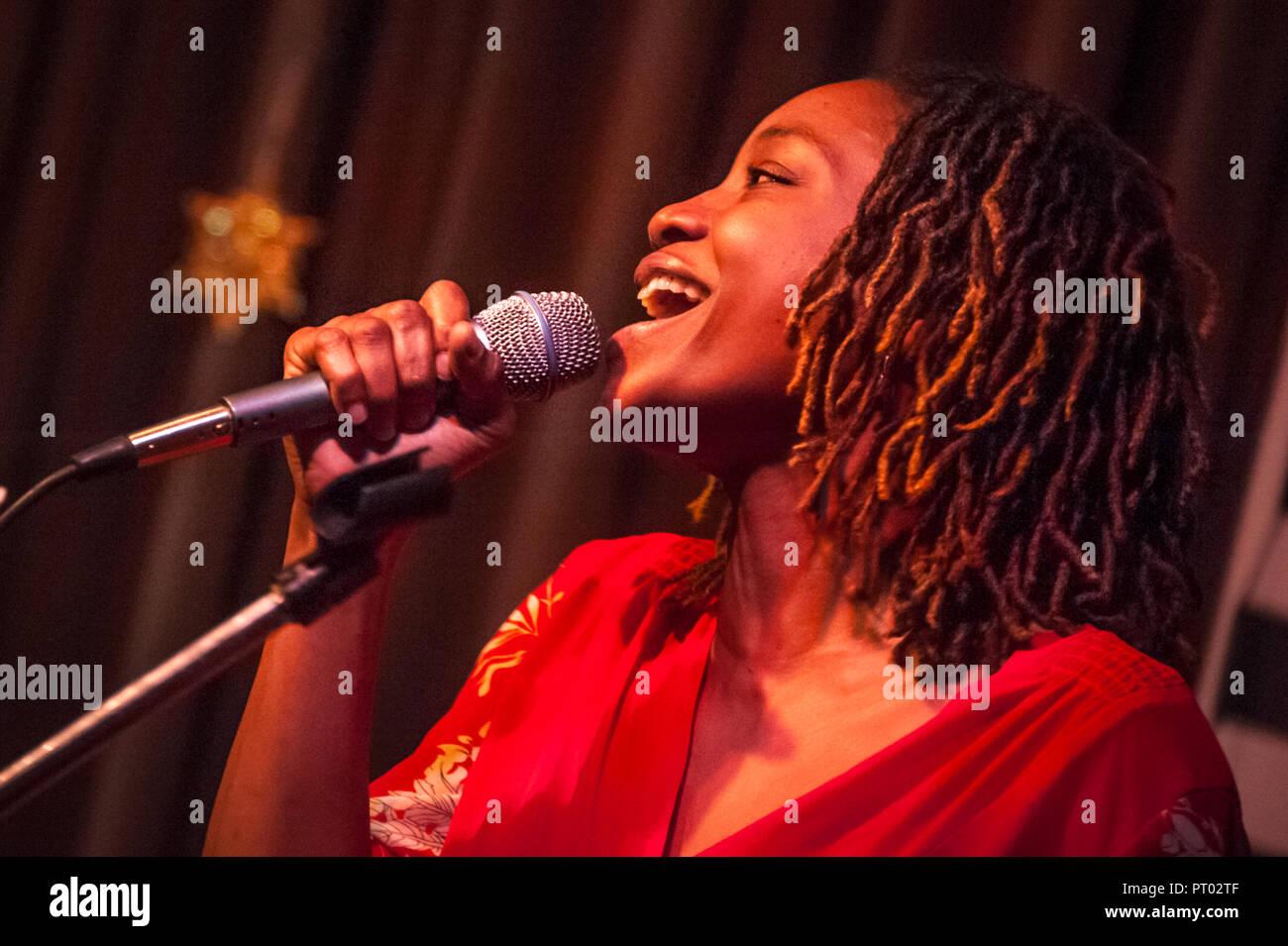 Najuma Ali performing at Eddie's Attic in Decatur, Georgia with Karl Grambo and band. (USA) - Stock Image