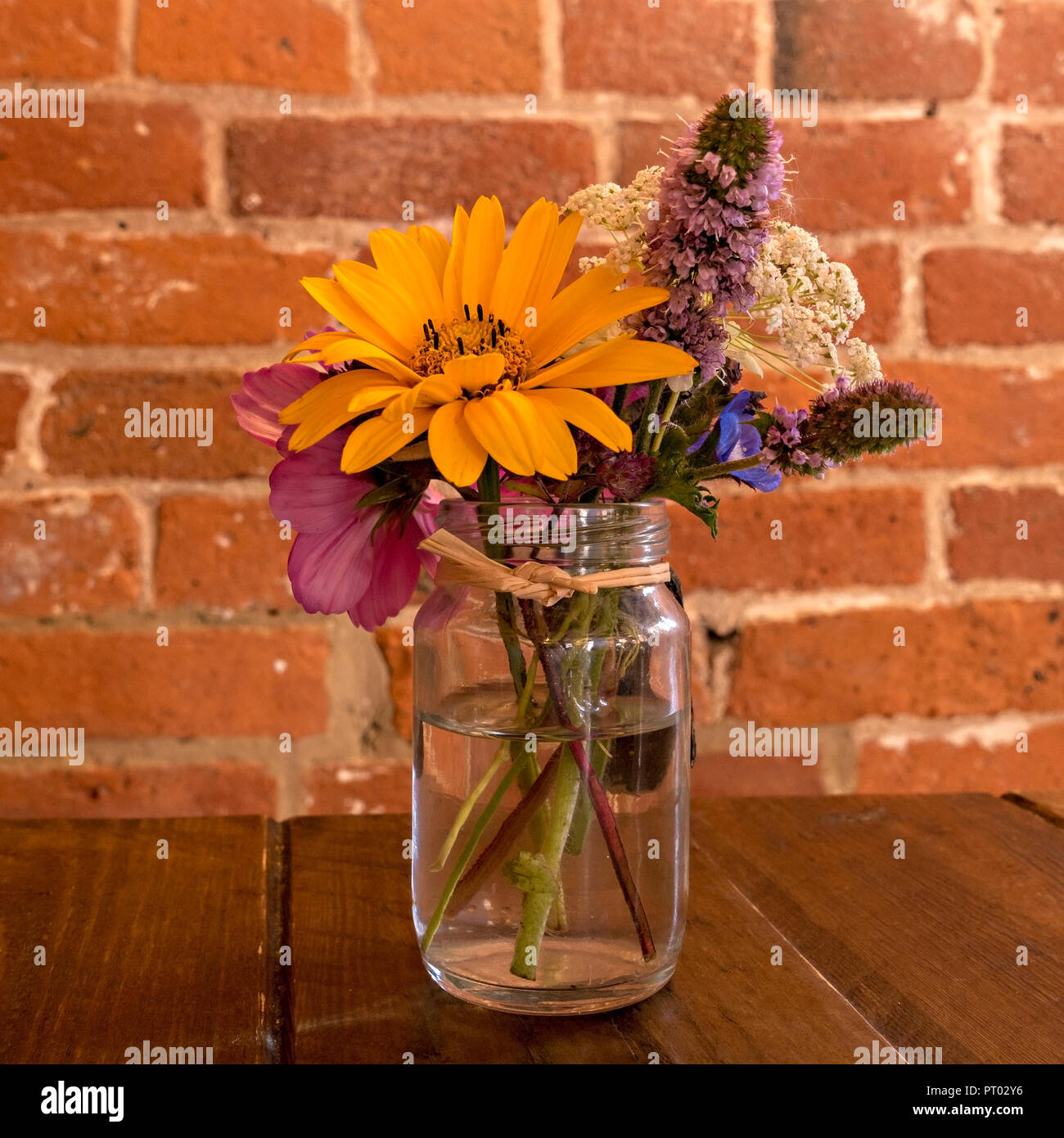 Small Simple Flower Arrangement High Resolution Stock Photography And Images Alamy