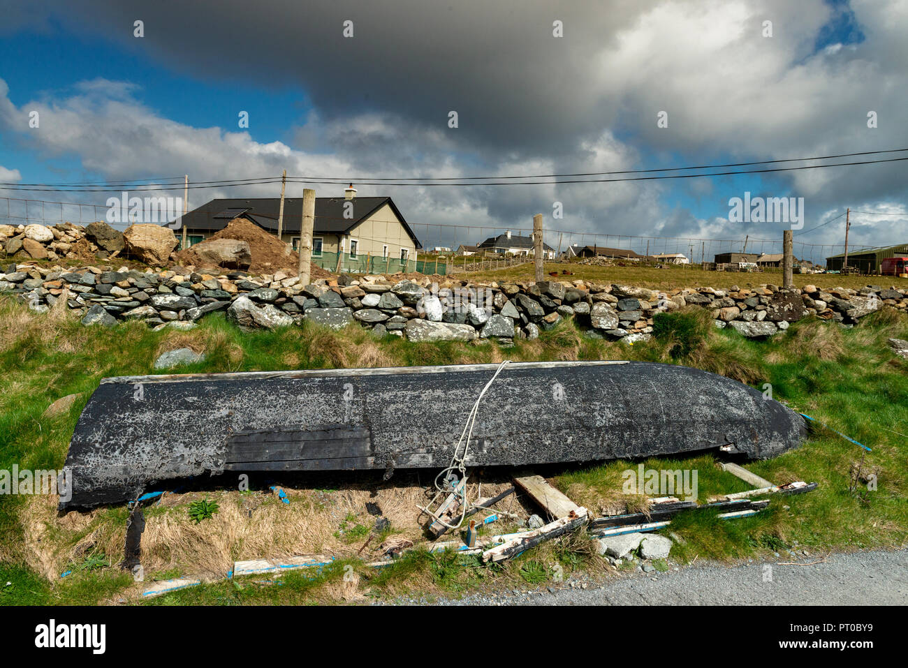 Currach,  Currag .  Old fishing boast - IRELAND, Connemara,  Inishboffin island, Inis Bo Finne   (Island of the White Cow) - Stock Image