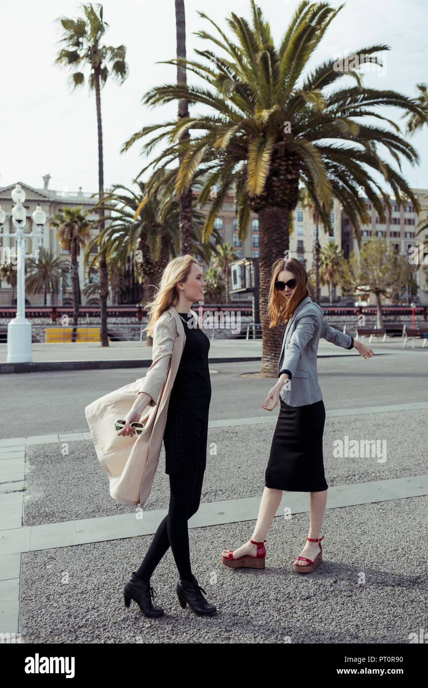 Spain, Barcelona, two fashionable young women on the street Stock Photo