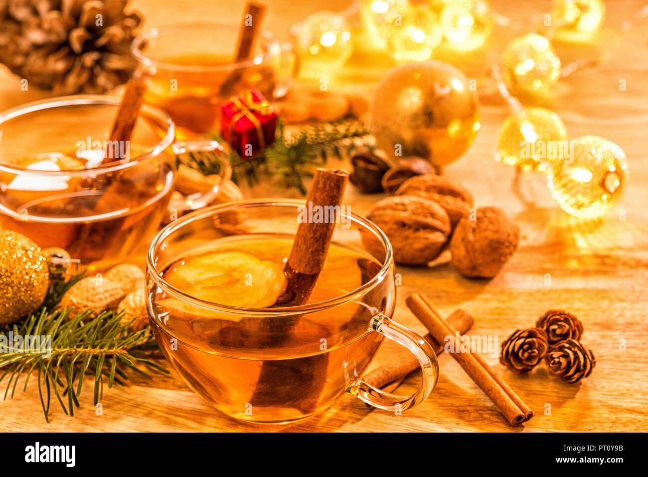 Tasse aus Glas mit Tee auf Holztisch Stock Photo