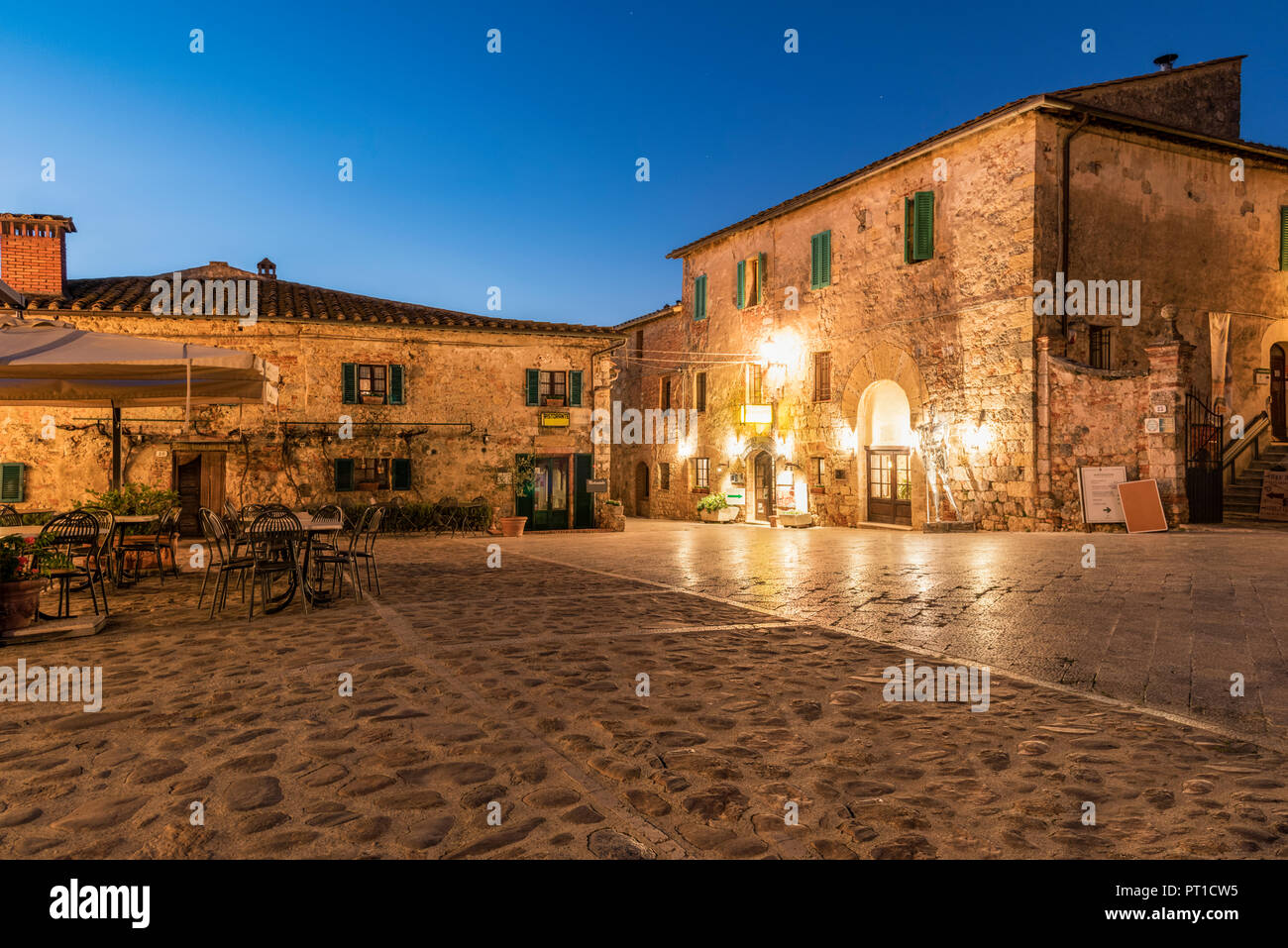 Italy, Tuscany, Monteriggioni, historical core city in the evening - Stock Image