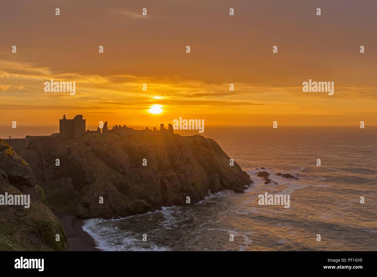 UK, Scotland, Stonehaven, Dunnottar Castle at sunrise - Stock Image