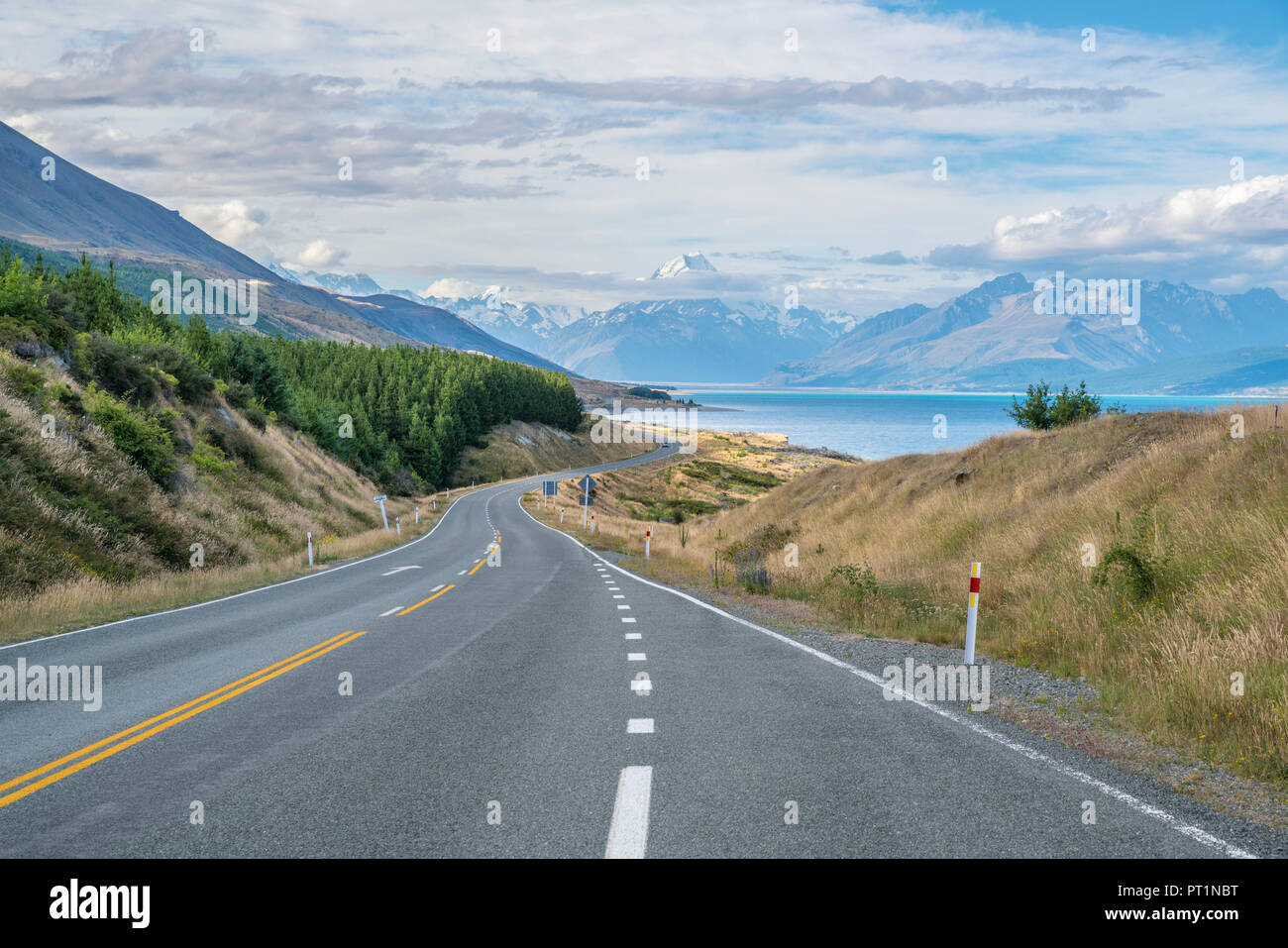 Road alongside Lake Pukaki, looking towards Mt Cook mountain range, Ben Ohau, Mackenzie district, Canterbury region, South Island, New Zealand, Stock Photo