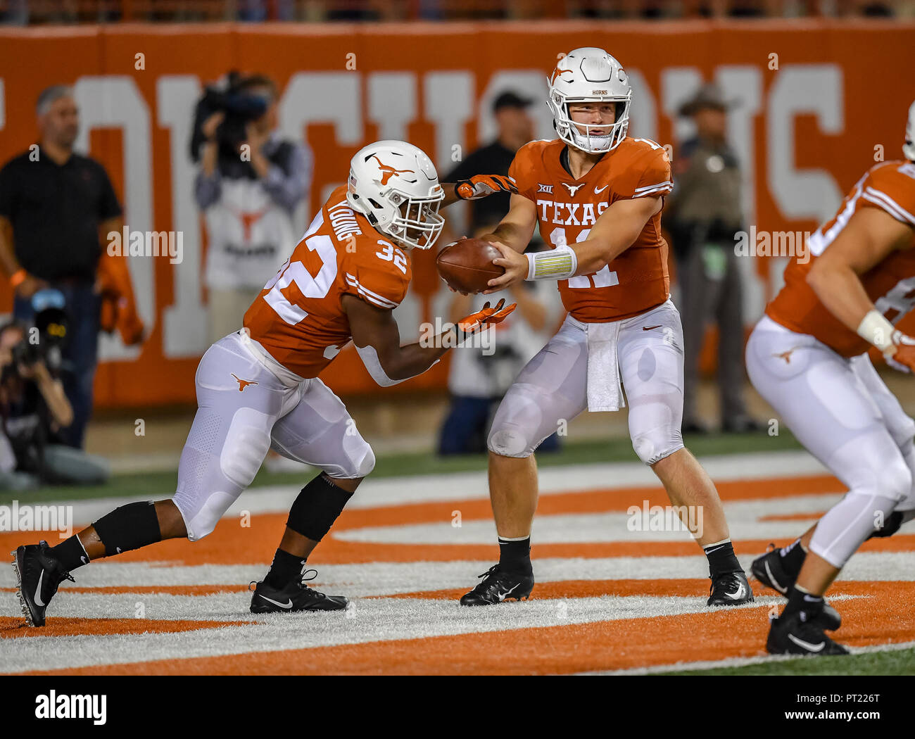 Austin, TX, USA. 15th Sep, 2018. Longhorn running back, Daniel Young (32), takes a handoff from quarterback, Sam Ehlinger (11), during the NCAA football game between the University of Texas Longhorns and the USC Trojans, in Austin, TX. (Absolute Complete Photographer & Company Credit: Joseph Calomeni/MarinMedia.org/Cal Sport Media) Credit: csm/Alamy Live News - Stock Image