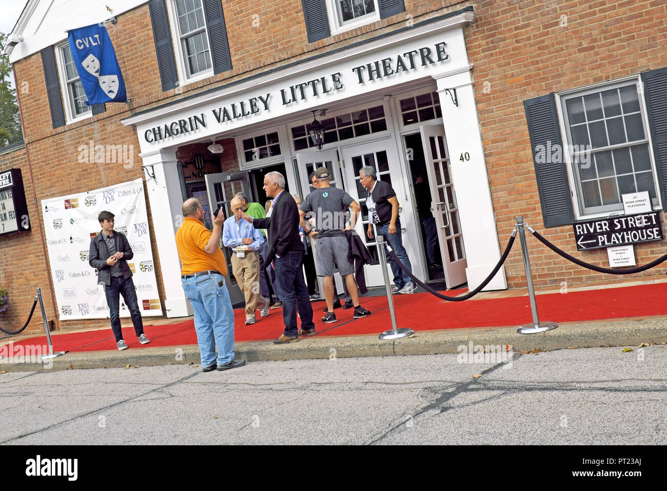 Chagrin Falls, Ohio, USA, 5th Oct, 2018. Attendees at the 9th Annual Chagrin Documentary Film Festival in Chagrin Falls, Ohio, USA gather outside one of the venues between films.  The festival runs from October 3-7, 2018 with national and international documentary film screenings shown at various venues including the Chagrin Valley Little Theatre.  Credit: Mark Kanning/Alamy Live News. - Stock Image