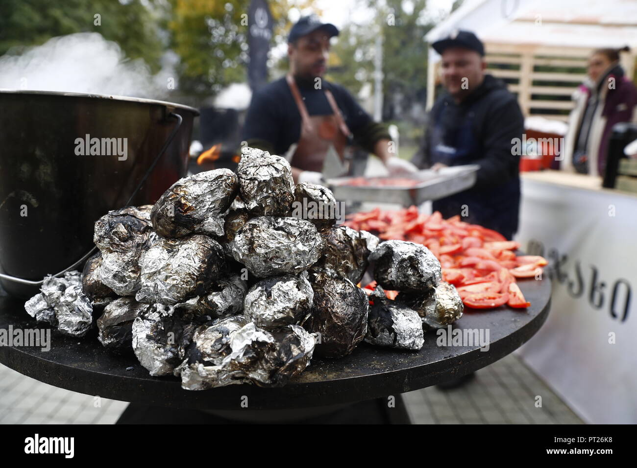 Moscow, Russia. 06th Oct, 2018. MOSCOW, RUSSIA - OCTOBER 6, 2018: Cooking at the annual 2018 Tbilisoba Festival of Georgian Culture at the Moscow Hermitage Garden. Artyom Geodakyan/TASS Credit: ITAR-TASS News Agency/Alamy Live News Stock Photo