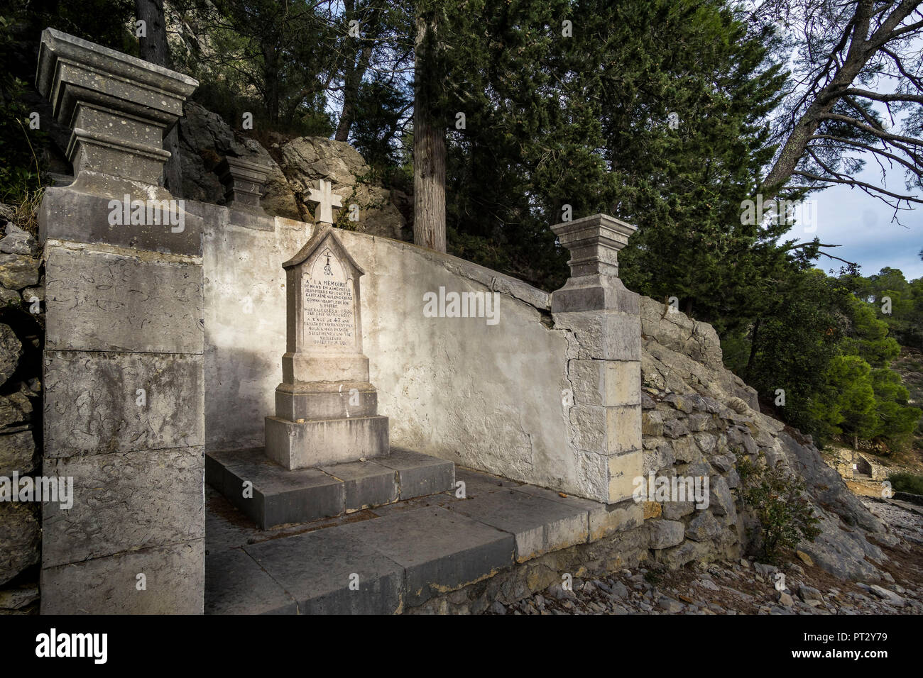 Cenotaphs of the deceased sailors in the 19th century on the way to Chapelle Notre Dame des Auzils - Stock Image